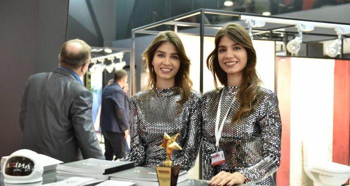 Due ragazze allo stand Axima a BATIMAT 2019