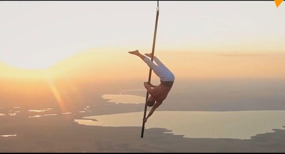 La pole dance in aria: un acrobata russo fa dei trucchi agghiaccianti sospeso su una mongolfiera