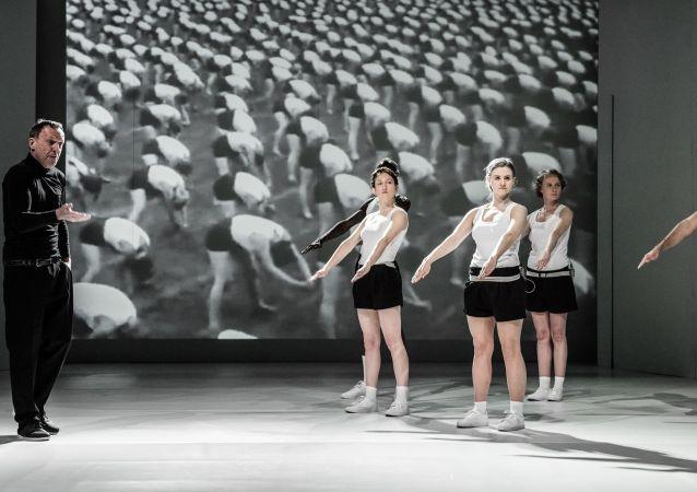 Una scena dell'opera teatrale Mein Kempf a Varsavia