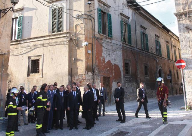 Silvio Berlusconi e Dmitriy Medvedev nelle zone colpite dal terremoto all'Aquila