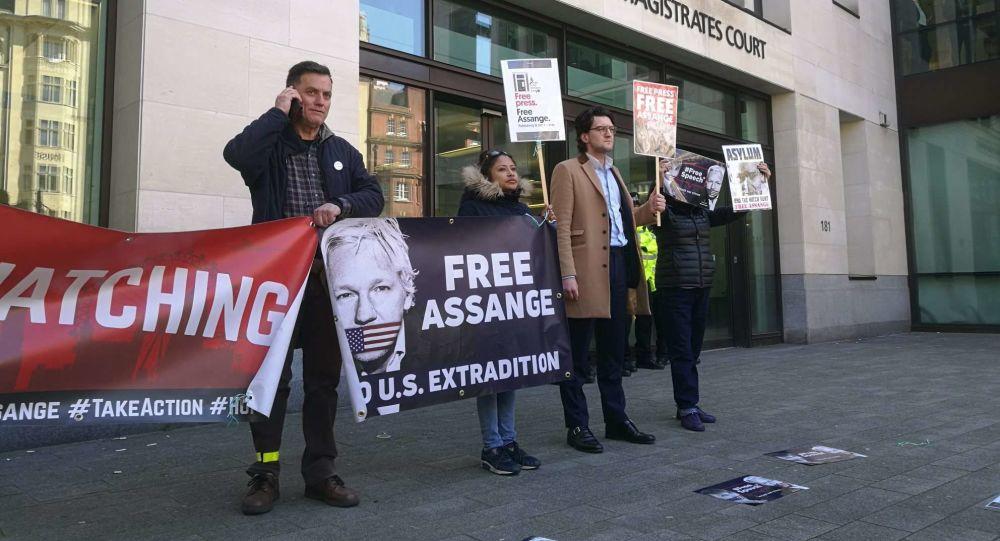 Le proteste davanti alla corte dov'è stato portato Assange.