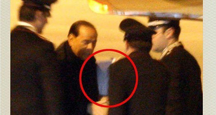 Silvio Berlusconi riceve una notifica giudiziaria dai carabinieri