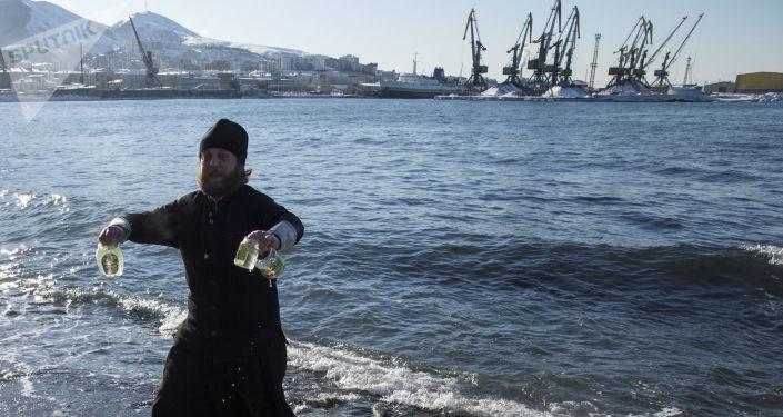 Monaco raccoglie acqua benedetta dello Stretto dei Tartari a Sachalin