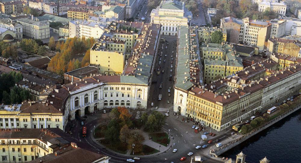 San Pietroburgo, veduta dall'alto della via Zodchego Rossi, progettata dall'architetto napoletano Carlo Di Giovanni Rossi ad inizio '800: la via è lunga 222 metri, larga 22 e tutti gli edifici che sorgono su di essa sono alti 22 metri.