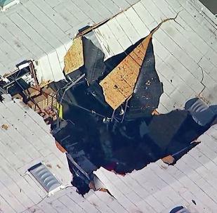 Il tetto del magazzino della base militare di Riversid (California) colpito dal caccia F-16