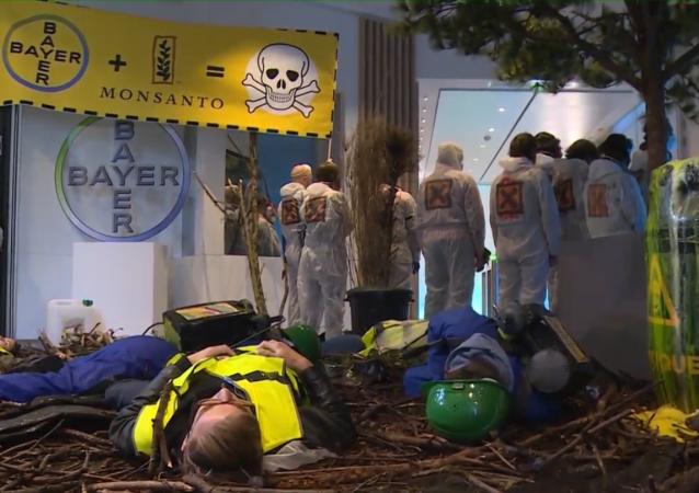 Circa 70 attivisti hanno preso d'assalto il quartier generale del gigante farmaceutico Bayer