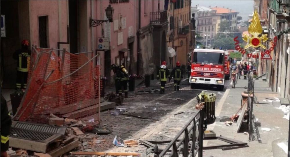 Squadre dei vigili del fuoco stanno intervenendo per un'esplosione dovuto ad una possibile fuga di gas in una palazzina a Rocca di Papa