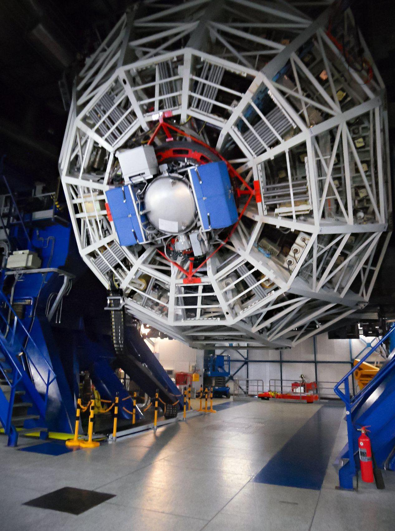 Very Large Telescope con lo strumento VISIR per la ricerca di pianeti extrasolari da Alpha Centauri. Questa immagine mostra NEAR montato su UT4, con il telescopio inclinato a bassa quota.