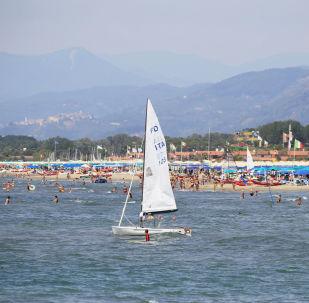 I vacanzieri sulla spiaggia a Forte dei Marmi, Toscana