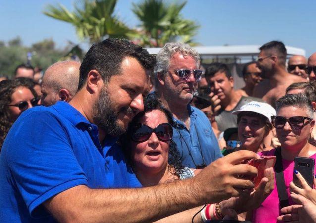 Matteo Salvini con dei sostenitori dopo un comizio