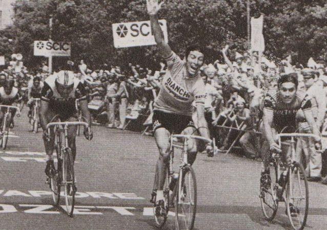 Gimondi taglia vittorioso il traguardo di una tappa del Giro d'Italia 1974