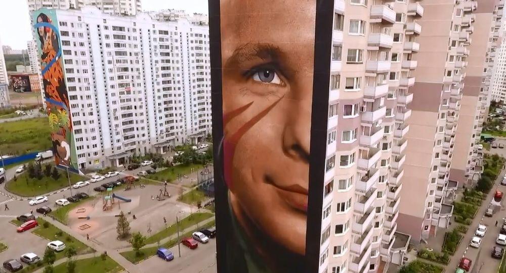 Artista italiano realizza enorme volto di Juri Gagarin su palazzo a Mosca