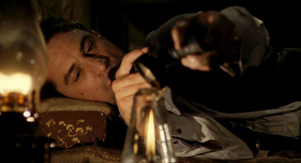 De Niro nella fumeria d'oppio in C'era una volta in America di Sergio Leone