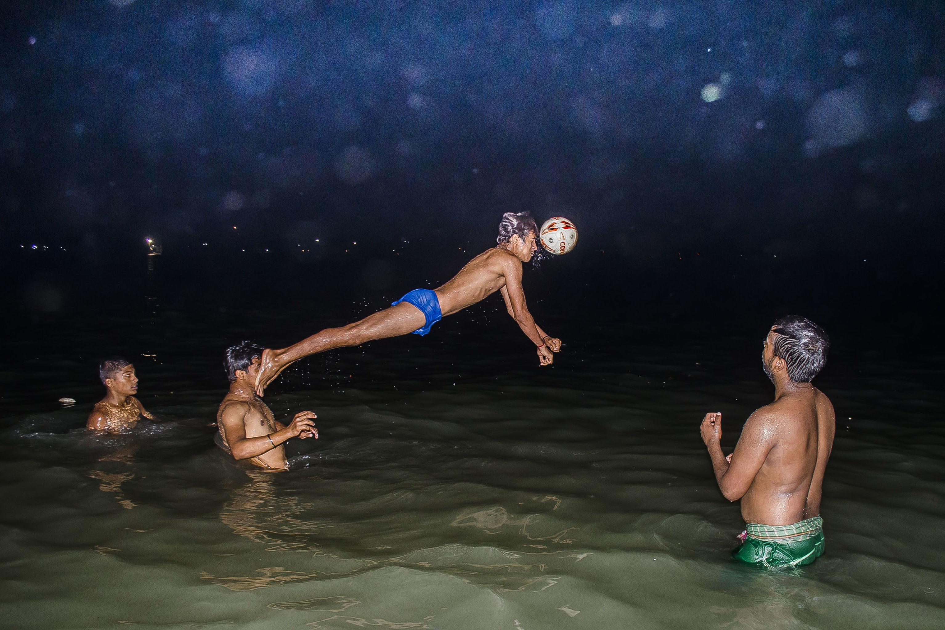 """""""Colpo decisivo"""" del fotografo indiano Ayanava Sil"""