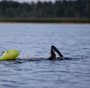 Nuotatore russo attraversa il lago Ladoga
