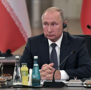 Vladimir Putin all'incontro con Erdogan e Rouhani