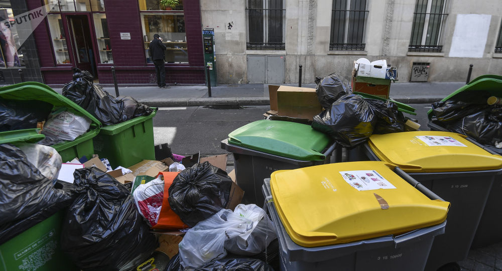 Immondizia per le strade di Parigi