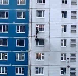 Salva eroicamente una ragazza da un incendio al quinto piano