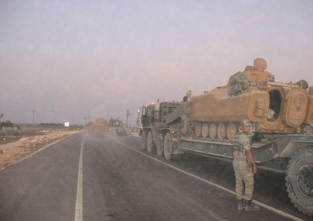 Le forze armate turche hanno inviato mezzi militari al confine nella città turca di Suruç