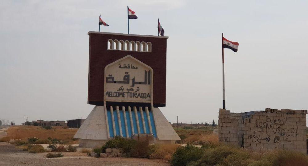 Adesso all'entrata di Raqqa sventolano le bandiere siriane