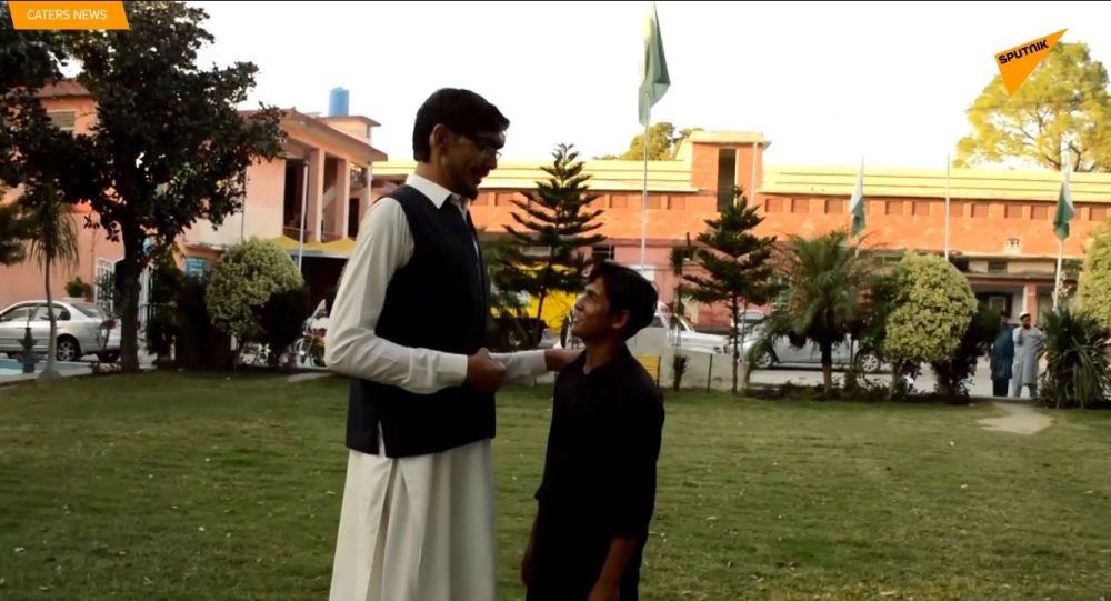 L'uomo più alto in Pakistan
