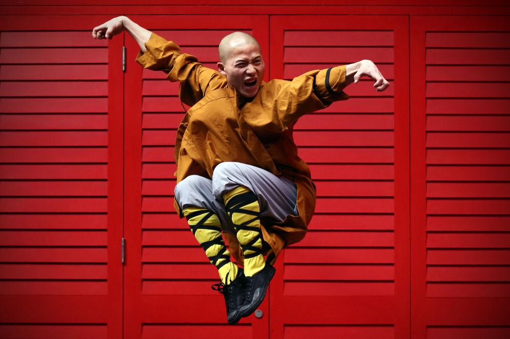 Monaco Shaolin posa nel quartiere cinese di Londra
