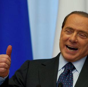 Silvio Berlusconi sta per vendere Milan.Cinquecento milioni di euro per il 51% della squdra.  Questa e` l'offerta del broker thailandese Bee Teacheubol,