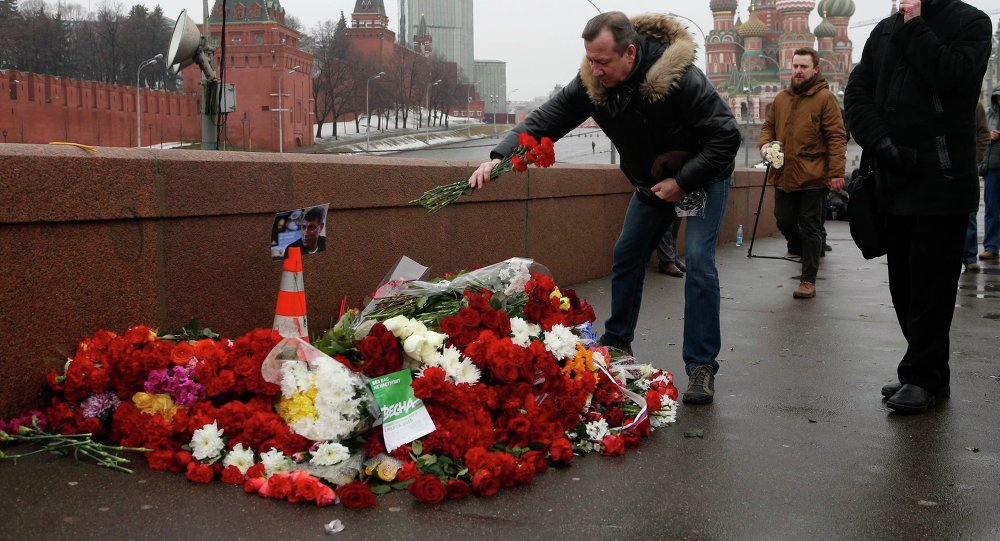 Mosca, fiori sul luogo dell'assassinio di Boris Nemtsov