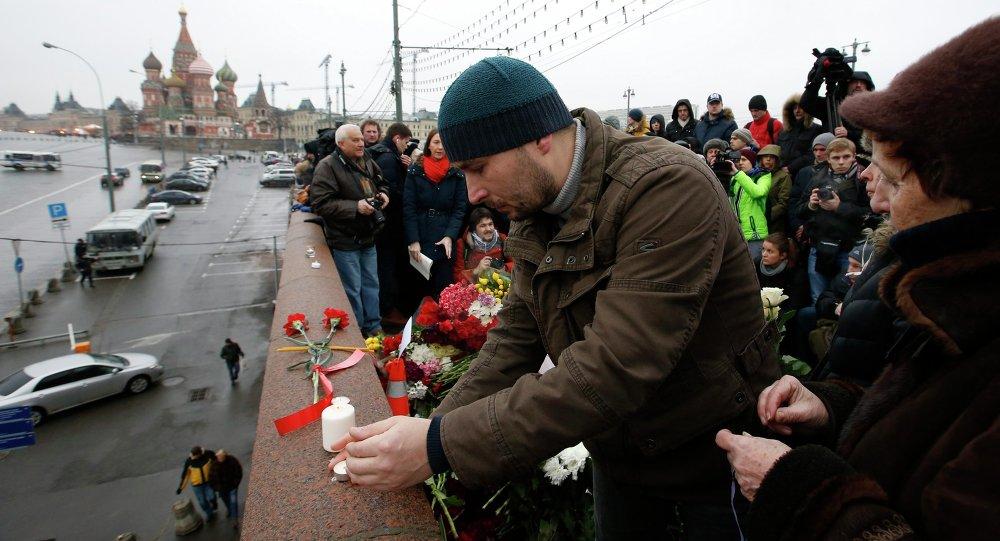 Mosca, gente sul luogo assassinio di Boris Nemtsov