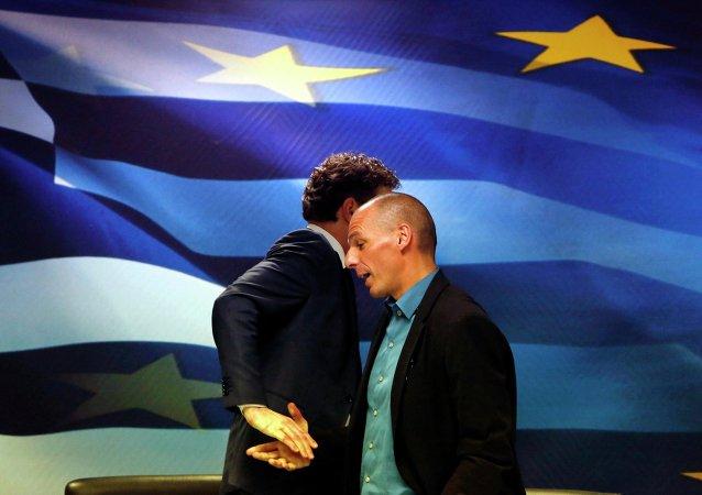 Jeroen Dijsselbloem, capo del eurogruppo  di ministri di Finanze e il ministro di Finanze greco Yanis Varoufakis