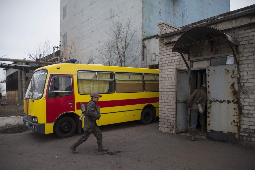 Minatori si recano sul luogo dell'esplosione nella miniera Zasyadko