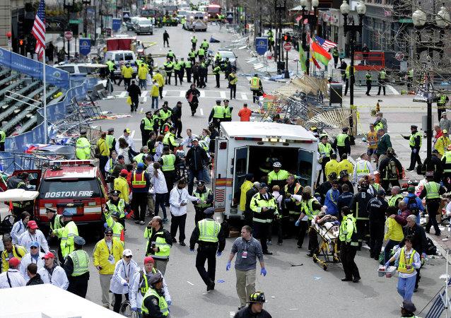 Soccorsi dopo l'esplosione vicino al traguardo della Maratona di Boston