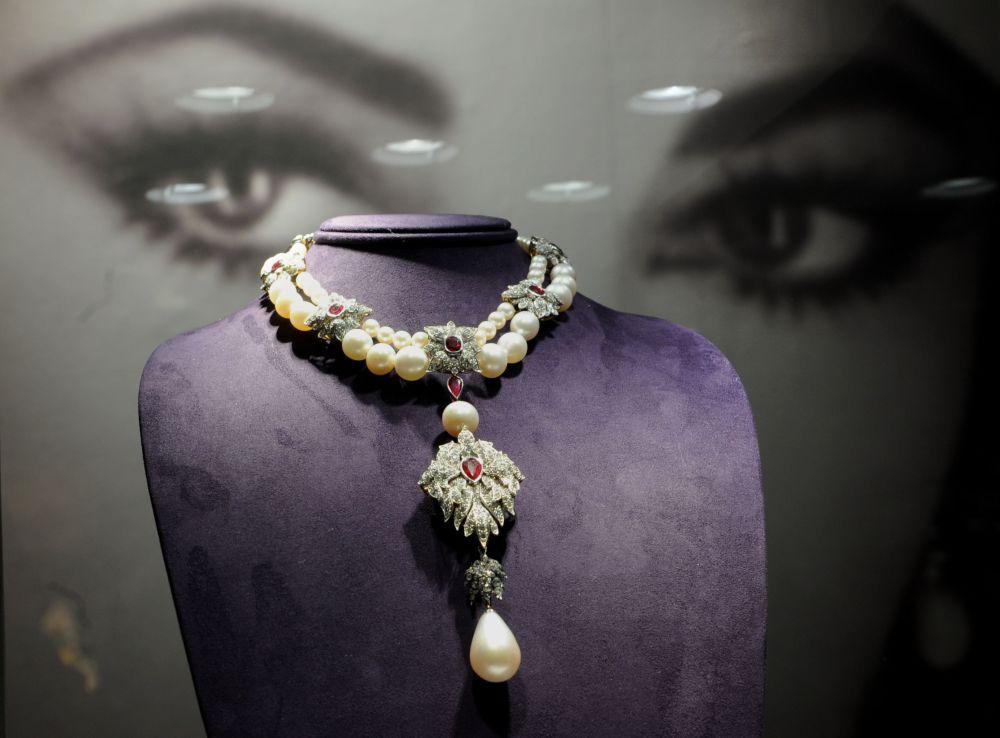 La Peregrina, una collana di Cartier pearl, diamanti e rubini indossati da Elizabeth Taylor