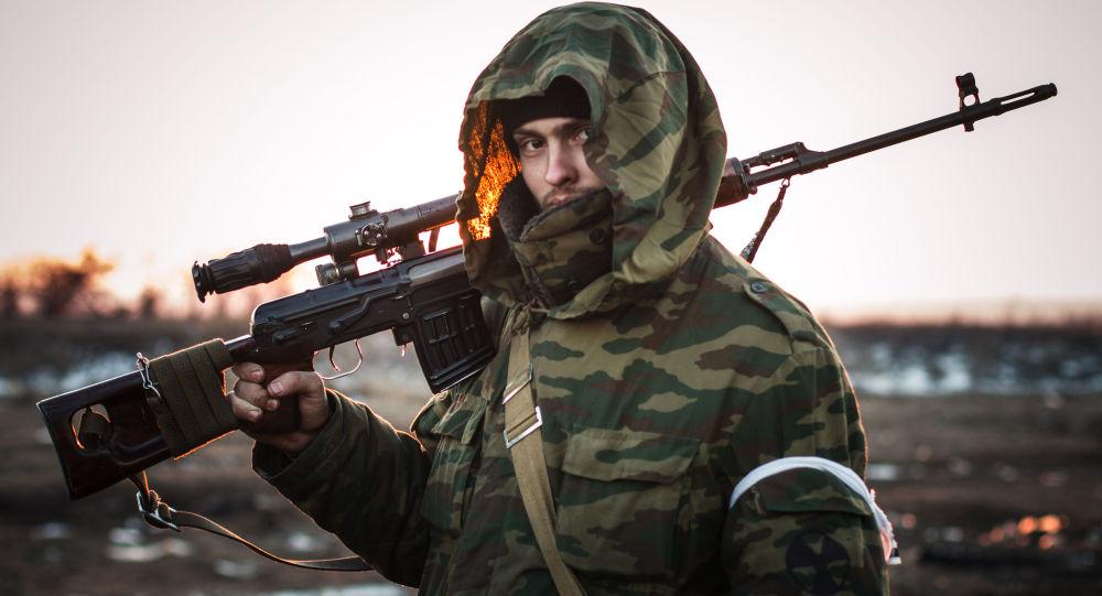 Miliziano Donbass armi