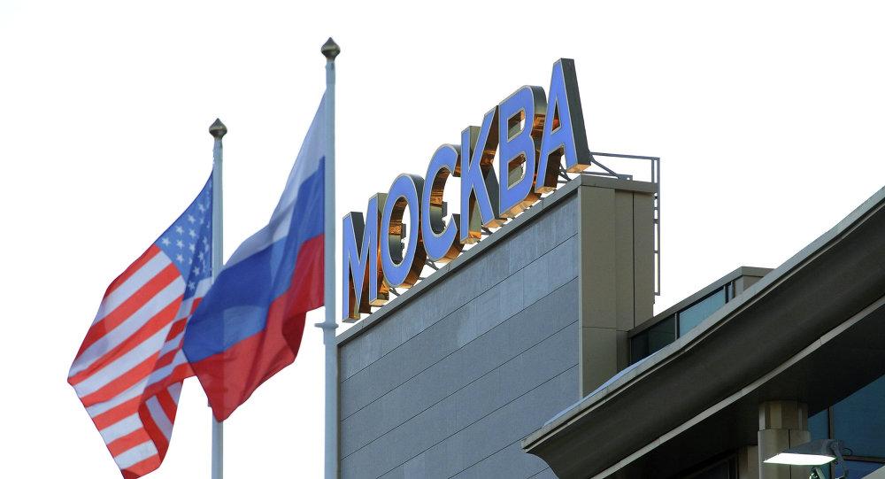 Le bandiere di USA e Russia all'aeroporto Vnukovo di Mosca