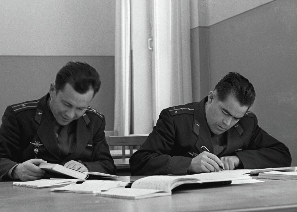 I cosmonauti Pavel Popovich e Andriyan Nikolayev durante le lezioni teoriche