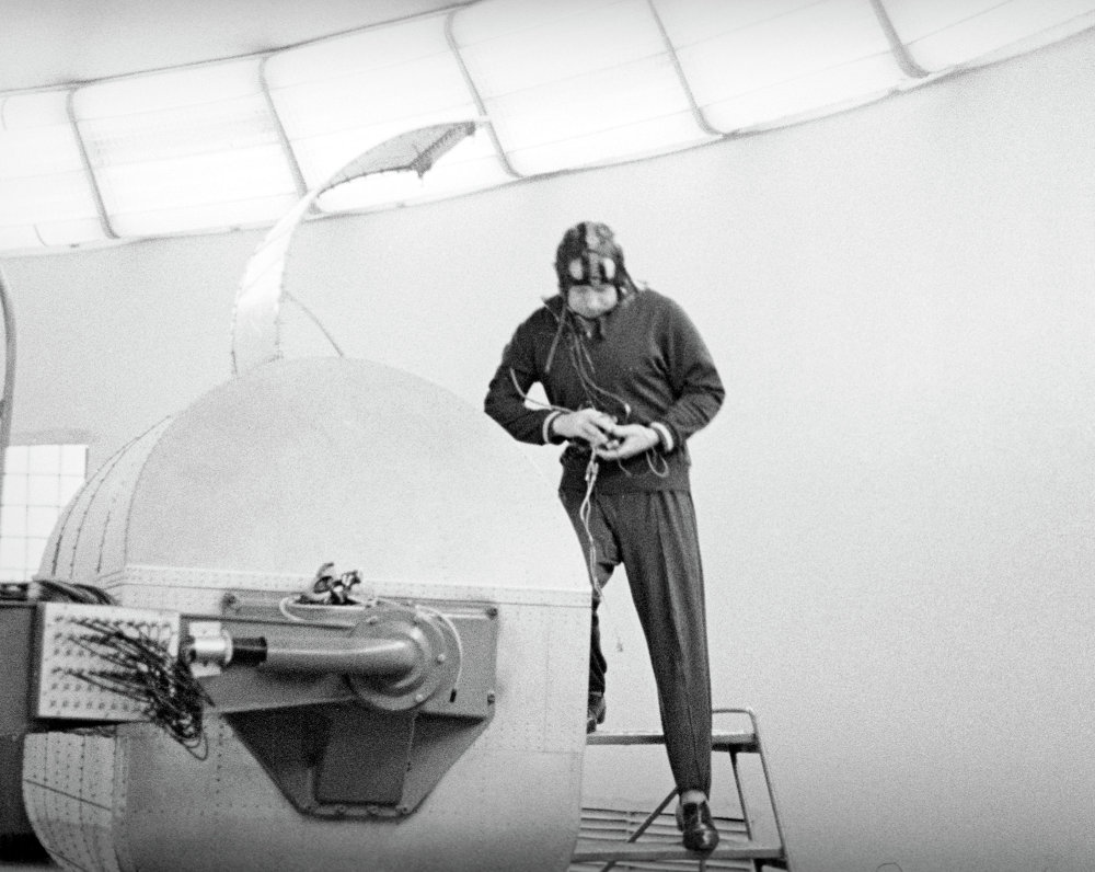 Il cosmonauta Alexey Arkhipovich Leonov prima di un allenamento nella centrifuga