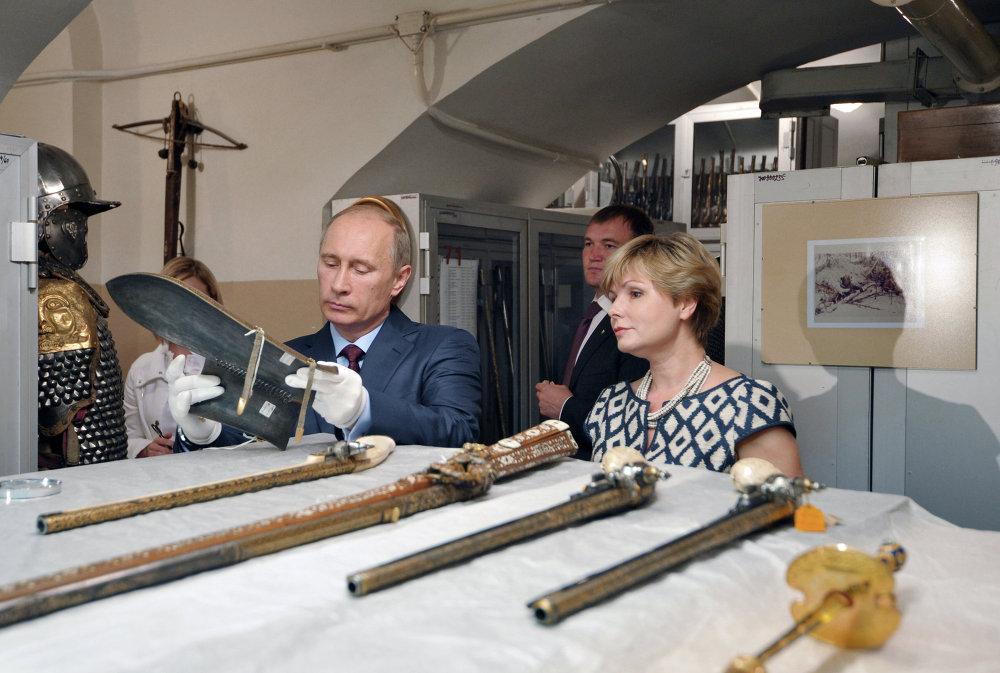 Vladimir Putin in visita al complesso museale del Cremlino.