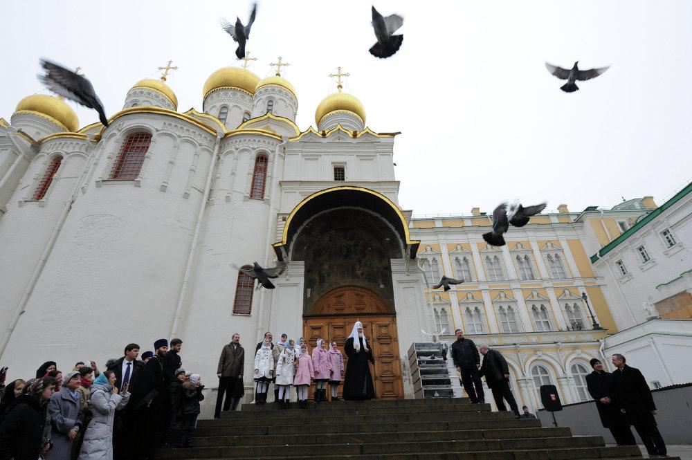 Il patriarca di Mosca libera in aria delle colombe nel giorno dell'Annunciazione