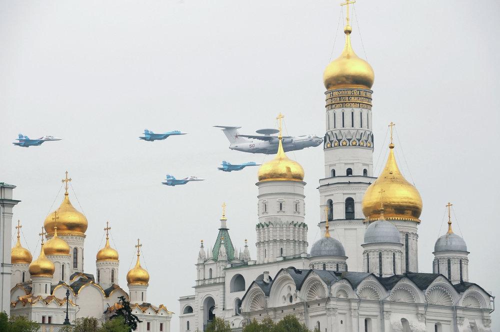 Avax e Su-27 in volo sopra il Cremlino