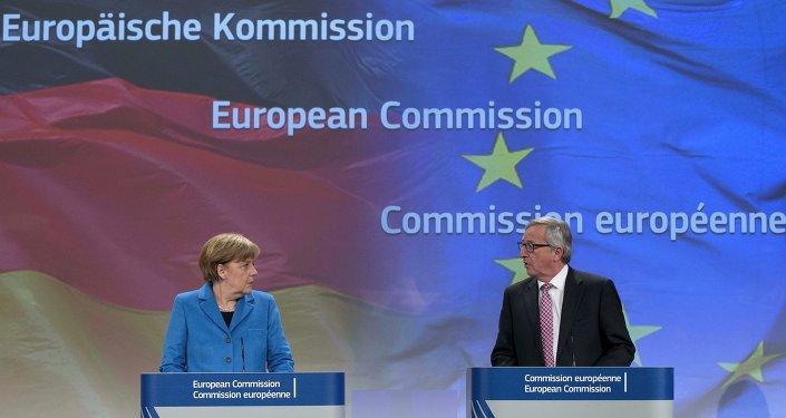 Angela Merkel e presidente di Comissione Europea Jean-Claude Juncker (foto d'archivio)