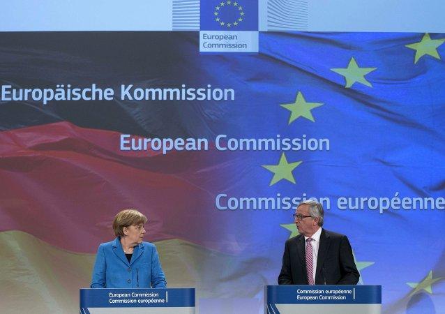 La Canceliera tedesca Angela Merkel e il Presidente di Comissione Europea Jean-Claude Juncker