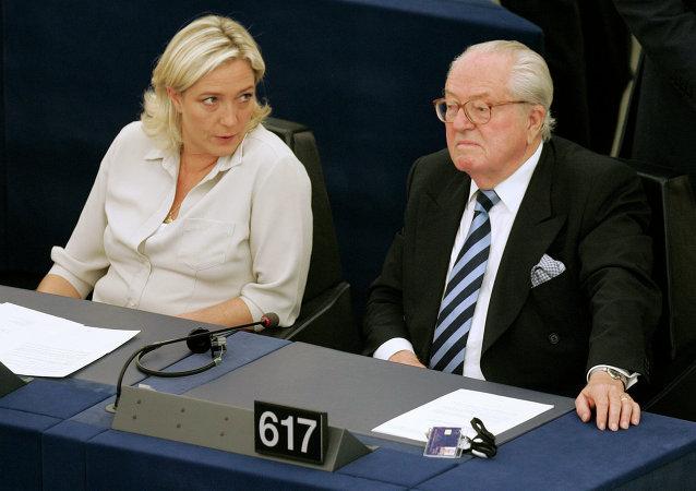 Jean-Marie Le Pen con sua figlia Marine Le Pen al Parlamento europeo a Strasburgo