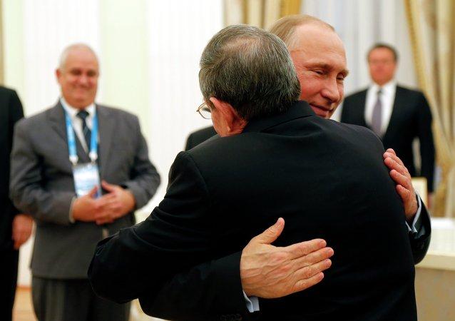 Vladimir Putin e Raul Castro a Cremlino hanno dato la prova che  l `amicizia di loro popoli sia molto importante