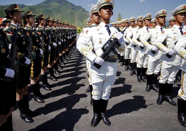 Soldati cinese a parata militare (foto d'archivio)