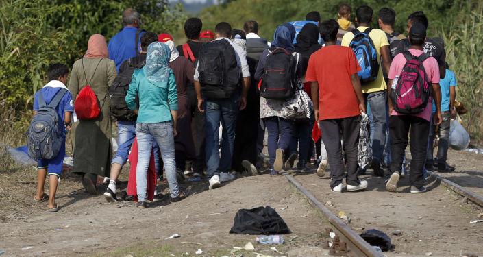 Migranti attraversano il confine con Ungheria dalla Serbia