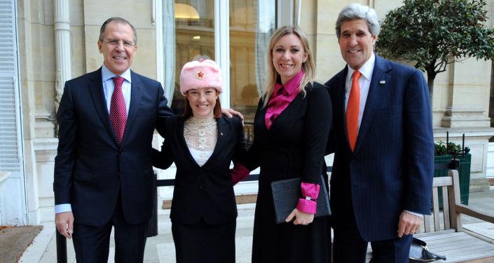 Il portavoce del Ministero degli Esteri russo Maria Zakharova e sua analoga americana Jennifer Psaki insieme ai Ministri Sergey Lavrov e John Kerry  a Parigi.  il 13 gennaio 2014