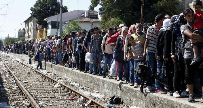 Migranti aspettano un treno per la Serbia