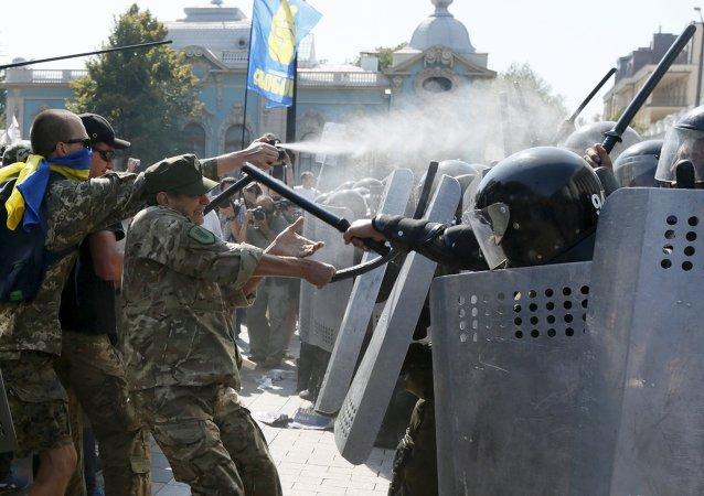 I dimostranti contro la polizia accanto al Parlamento ucraino