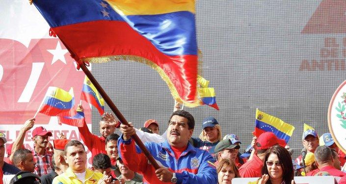 Nicolas Maduro, presidente de Venezuela, agitando una bandera de su país